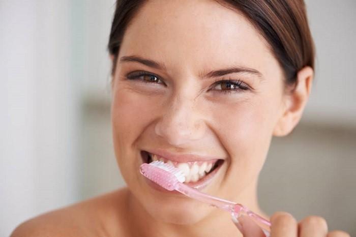 مسواک زدن و استفاده از نخ دندان را فراموش نکنید و مانند دندانهای واقعی خود آنها را بشویید